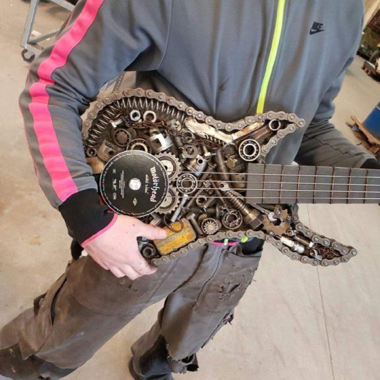 L'atelier des métaux - sculpture guitare en récupération
